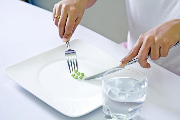 6 thói quen tưởng chừng vô hại nhưng lại là nguyên nhân khiến mỡ bụng dày lên - Ảnh 1.