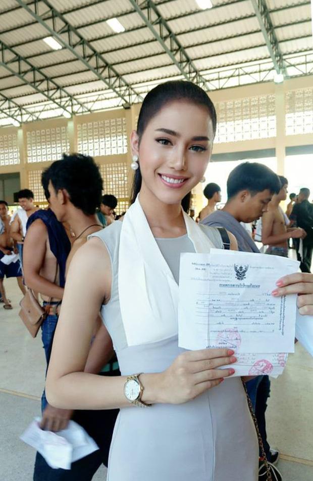 Á hậu và Hoa hậu chuyển giới Thái Lan gây sốt vì quá xinh đẹp khi... đi đăng ký nghĩa vụ quân sự - Ảnh 2.