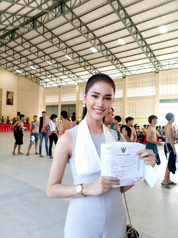 Á hậu và Hoa hậu chuyển giới Thái Lan gây sốt vì quá xinh đẹp khi... đi đăng ký nghĩa vụ quân sự - Ảnh 1.