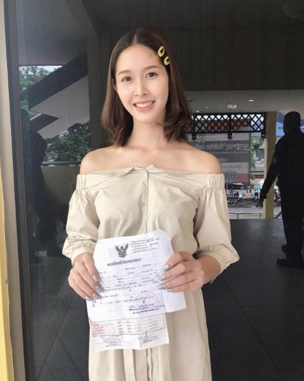 Á hậu và Hoa hậu chuyển giới Thái Lan gây sốt vì quá xinh đẹp khi... đi đăng ký nghĩa vụ quân sự - Ảnh 4.