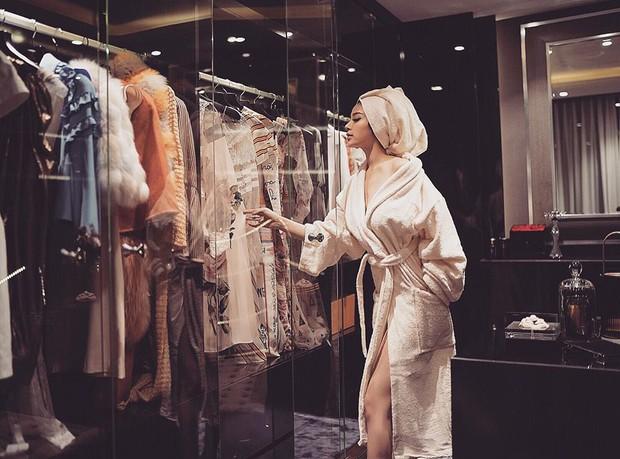 Mặc áo choàng tắm hững hờ trong kho đồ hiệu, Huyền Baby đang tái hiện ước mơ của cả triệu cô nàng - Ảnh 1.