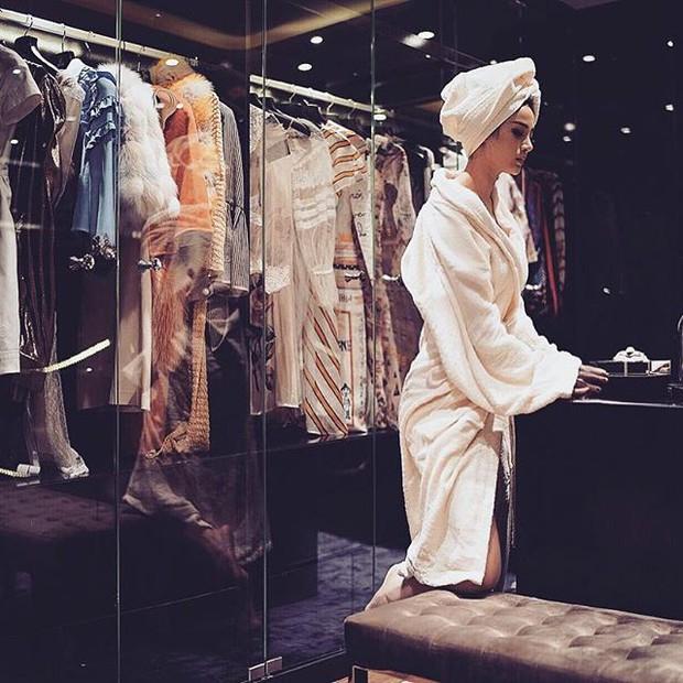 Mặc áo choàng tắm hững hờ trong kho đồ hiệu, Huyền Baby đang tái hiện ước mơ của cả triệu cô nàng - Ảnh 2.