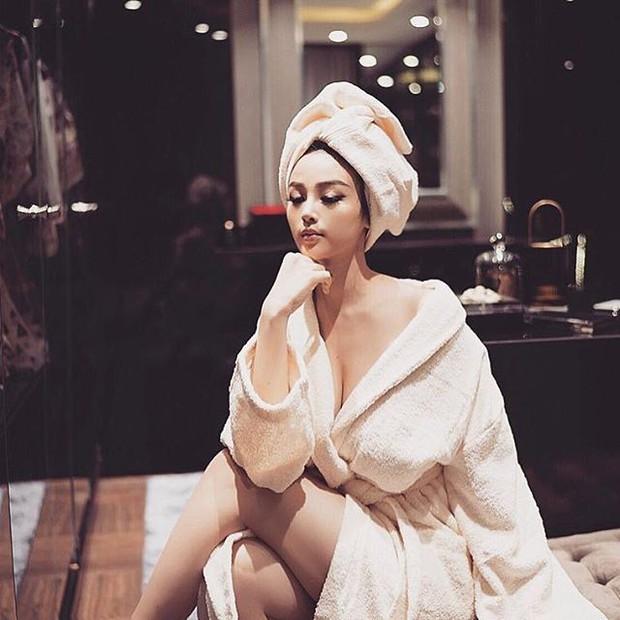 Mặc áo choàng tắm hững hờ trong kho đồ hiệu, Huyền Baby đang tái hiện ước mơ của cả triệu cô nàng - Ảnh 4.