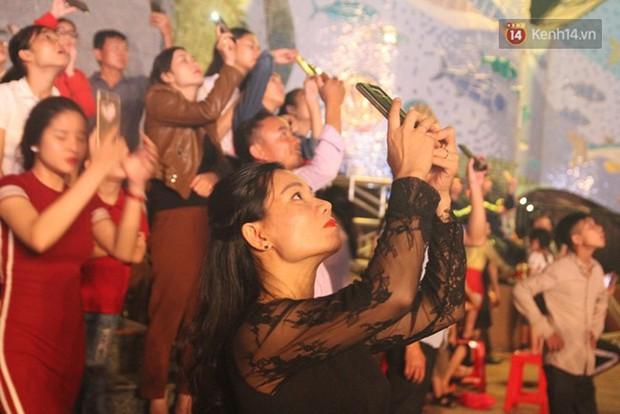 Ngán ngẩm hình ảnh hàng chục nam thanh niên giẫm đạp lên các bức tượng ở Cửa Lò để xem pháo hoa - Ảnh 3.