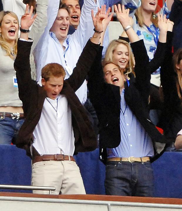 Những bức ảnh gắn liền với thời thơ ấu của bộ đôi Hoàng tử William và Harry - Ảnh 12.