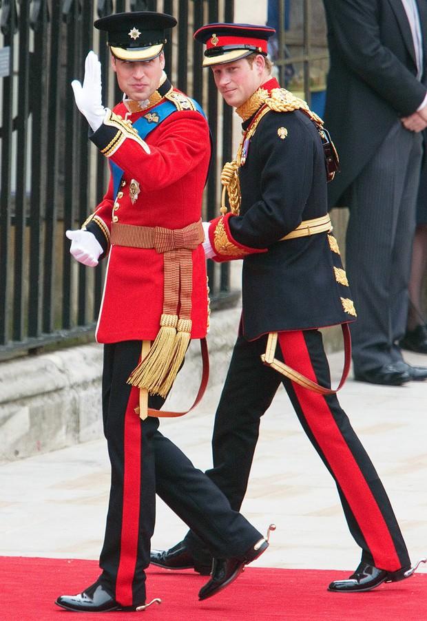 Những bức ảnh gắn liền với thời thơ ấu của bộ đôi Hoàng tử William và Harry - Ảnh 13.