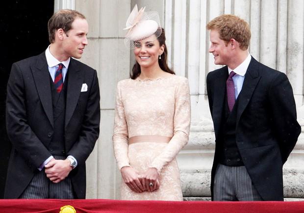Những bức ảnh gắn liền với thời thơ ấu của bộ đôi Hoàng tử William và Harry - Ảnh 15.