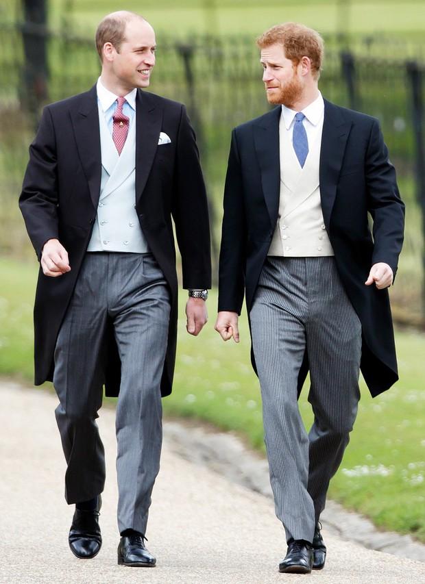 Những bức ảnh gắn liền với thời thơ ấu của bộ đôi Hoàng tử William và Harry - Ảnh 18.