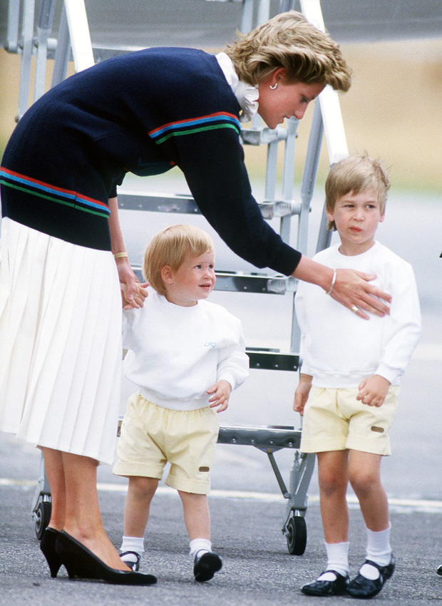 Những bức ảnh gắn liền với thời thơ ấu của bộ đôi Hoàng tử William và Harry - Ảnh 4.