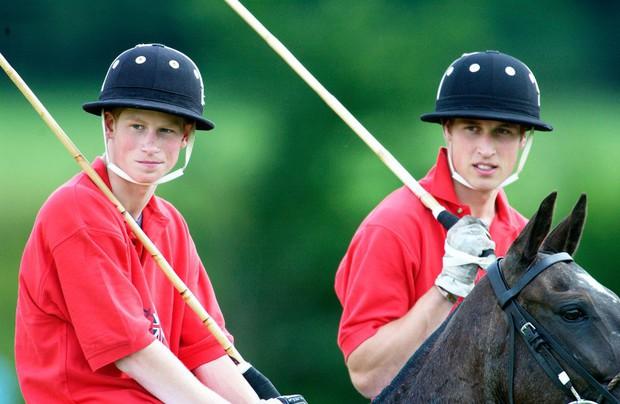 Những bức ảnh gắn liền với thời thơ ấu của bộ đôi Hoàng tử William và Harry - Ảnh 10.
