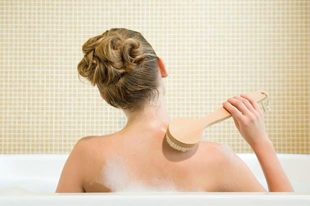 Ngưng ngay những thói quen này khi tắm nếu bạn không muốn gây hại cho làn da của mình - Ảnh 4.
