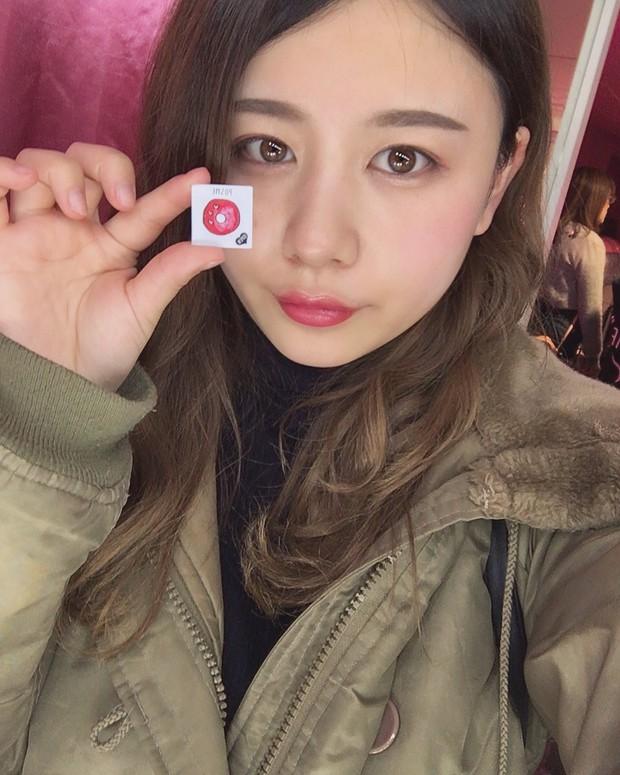 Con gái Nhật đang mê tít món mỹ phẩm chỉ 70k: nhỏ như tờ giấy mà kiêm luôn cả son môi, má hồng, phấn mắt - Ảnh 2.