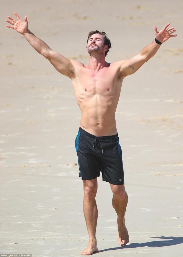 Mải trông con, vợ Thor Chris Hemsworth bị tuột bikini, hớ hênh vòng 3 và suýt lộ vòng 1 - Ảnh 5.