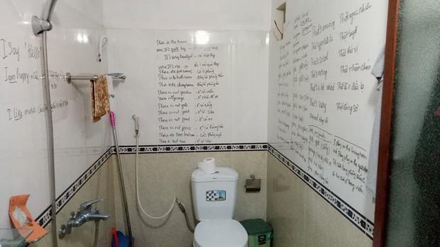 Gương sáng chăm học: Cô trung niên viết từ vựng tiếng Anh kín toilet, dán giấy nhớ đầy nhà cho nhanh thuộc bài - Ảnh 1.