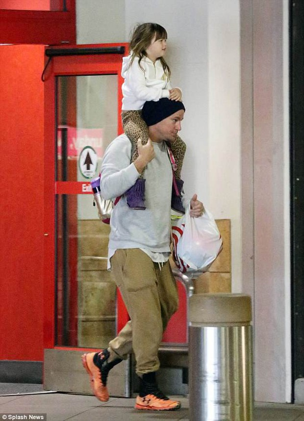 Bố đảm Channing Tatum vừa tay xách nách mang vừa cõng con gái, và đặc biệt vẫn đeo nhẫn cưới - Ảnh 1.