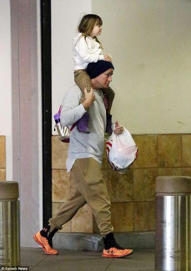 Bố đảm Channing Tatum vừa tay xách nách mang vừa cõng con gái, và đặc biệt vẫn đeo nhẫn cưới - Ảnh 2.