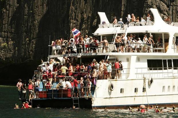 """Bãi biển nổi tiếng Thái Lan phải đóng cửa 4 tháng vì lý do """"nói mãi không sửa"""" của du khách - Ảnh 1."""