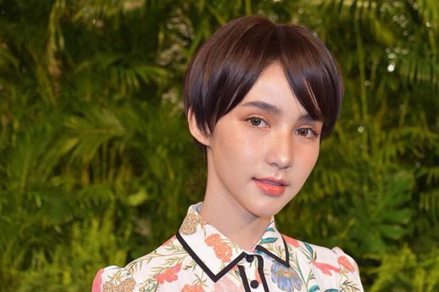 Nhan sắc của Á hậu chuyển giới Yoshi giảm hẳn một nửa khi thay đổi với tóc tém ngắn - Ảnh 2.