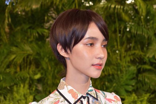 Nhan sắc của Á hậu chuyển giới Yoshi giảm hẳn một nửa khi thay đổi với tóc tém ngắn - Ảnh 4.