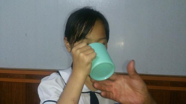 Cô giáo Hải Phòng phạt học sinh lớp 3 uống nước giặt giẻ lau bảng vì nói chuyện riêng trong lớp - Ảnh 2.
