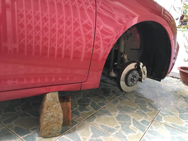 Đà Lạt: Ô tô đắt tiền bị kẻ gian kê gạch rồi tháo trộm hết cả 4 bánh trong đêm - Ảnh 3.