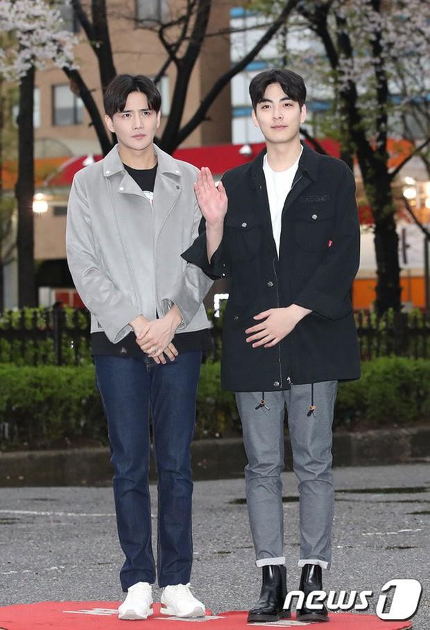 Tiên cảnh hoa anh đào tại Hàn: Mỹ nhân Hani chiếm hết spotlight, Wanna One xuất hiện cùng quân đoàn mỹ nam - Ảnh 38.