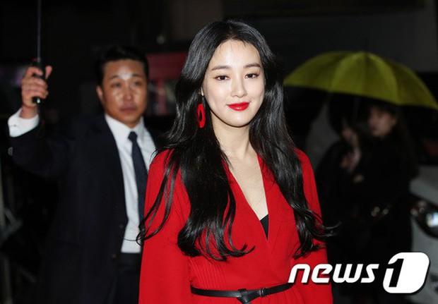 Sự kiện hot nhất hôm nay: Bạn gái G-Dragon khoe ngực táo bạo, sang như bà hoàng bên dàn mỹ nhân đình đám xứ Hàn - Ảnh 2.