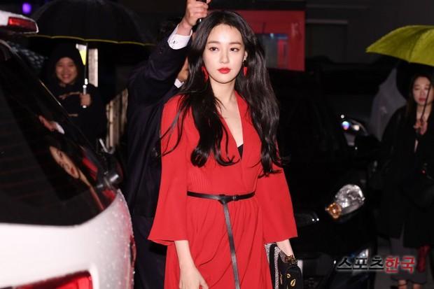 Sự kiện hot nhất hôm nay: Bạn gái G-Dragon khoe ngực táo bạo, sang như bà hoàng bên dàn mỹ nhân đình đám xứ Hàn - Ảnh 1.