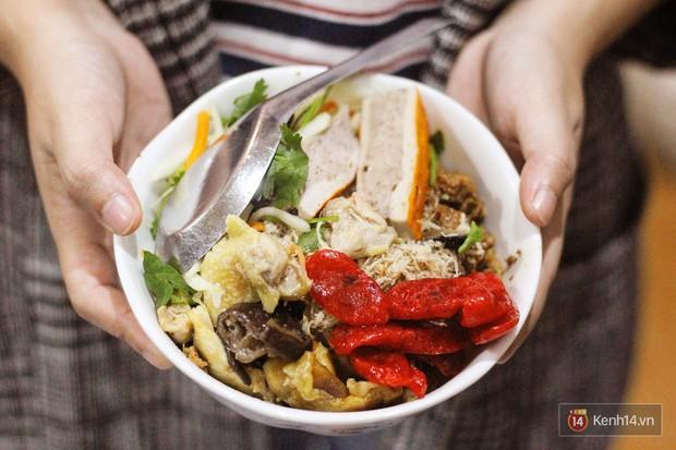 Nửa đêm bụng đói thì vẫn còn những hàng xôi đêm ở Hà Nội đủ để lấp đầy bao tử - Ảnh 1.