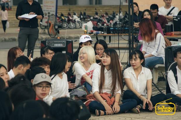 School Tour: Thiều Bảo Trâm hát hit Sơn Tùng M-TP, Lou Hoàng tiết lộ từng đi hát lót cho Karik khi mới vào nghề - Ảnh 4.