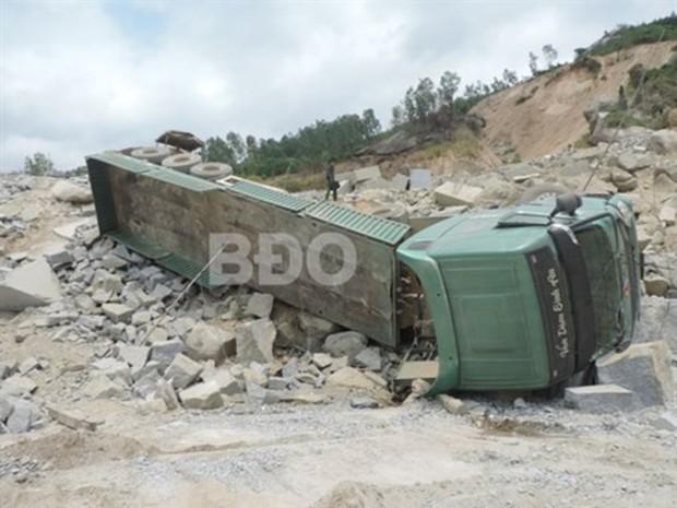 Đang vào bãi khai thác, xe chở đá lật đè chết một công nhân - Ảnh 1.