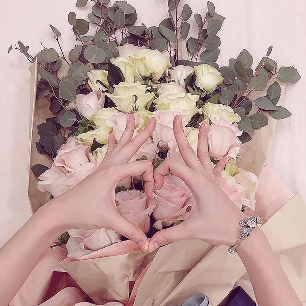 Bó hoa không có lỗi, chỉ mong Angela Phương Trinh đừng tạo dáng làm khổ bó hoa nữa mà thôi - Ảnh 3.