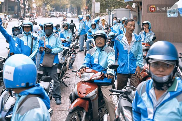 Tài xế Uber tắt app, bế con nhỏ xuống đường diễu hành chia tay mái nhà màu xanh dương - Ảnh 2.