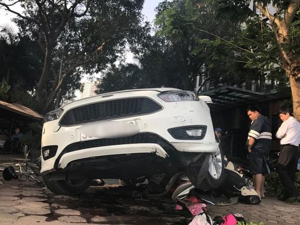 Hà Nội: Hàng chục thanh niên khiêng xe giải cứu người phụ nữ bị mắc kẹt sau cú mất lái lao lên vỉa hè - Ảnh 2.