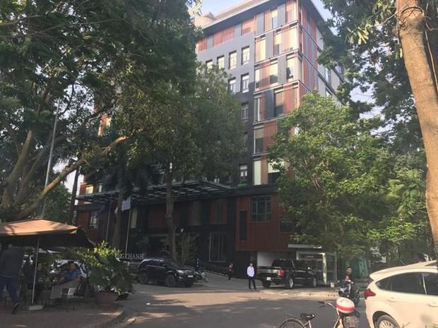 Hà Nội: Hàng chục thanh niên khiêng xe giải cứu người phụ nữ bị mắc kẹt sau cú mất lái lao lên vỉa hè - Ảnh 3.