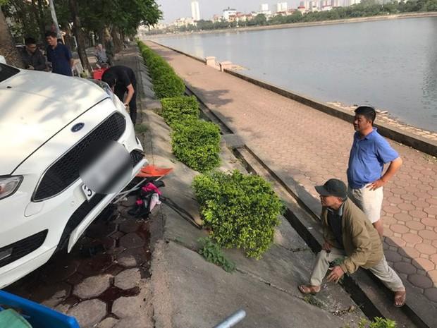 Hà Nội: Hàng chục thanh niên khiêng xe giải cứu người phụ nữ bị mắc kẹt sau cú mất lái lao lên vỉa hè - Ảnh 4.