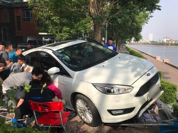 Hà Nội: Hàng chục thanh niên khiêng xe giải cứu người phụ nữ bị mắc kẹt sau cú mất lái lao lên vỉa hè - Ảnh 6.