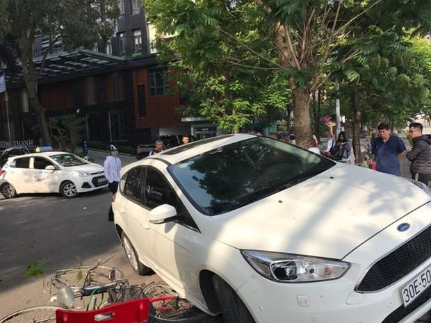 Hà Nội: Hàng chục thanh niên khiêng xe giải cứu người phụ nữ bị mắc kẹt sau cú mất lái lao lên vỉa hè - Ảnh 7.