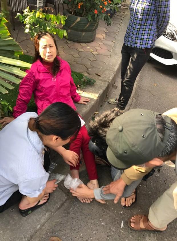 Hà Nội: Hàng chục thanh niên khiêng xe giải cứu người phụ nữ bị mắc kẹt sau cú mất lái lao lên vỉa hè - Ảnh 8.