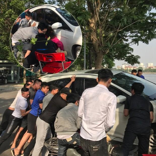 Hà Nội: Hàng chục thanh niên khiêng xe giải cứu người phụ nữ bị mắc kẹt sau cú mất lái lao lên vỉa hè - Ảnh 10.
