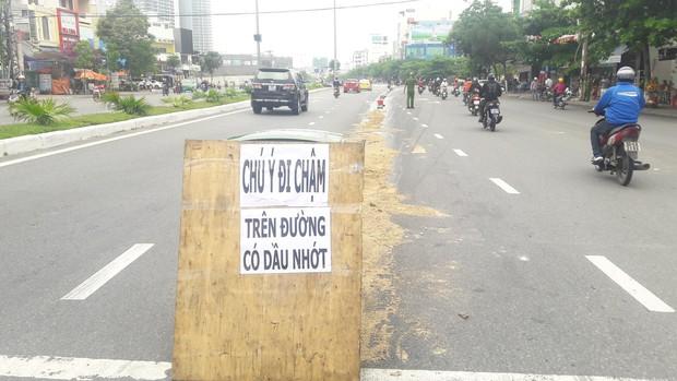 Đà Nẵng: Dầu nhớt tràn ra đường khiến 4 xe máy bị ngã, nhiều người bị thương - Ảnh 2.