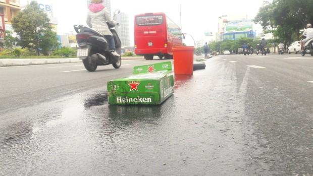 Đà Nẵng: Dầu nhớt tràn ra đường khiến 4 xe máy bị ngã, nhiều người bị thương - Ảnh 1.