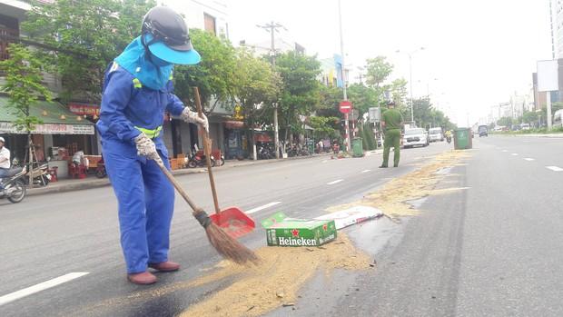 Đà Nẵng: Dầu nhớt tràn ra đường khiến 4 xe máy bị ngã, nhiều người bị thương - Ảnh 3.
