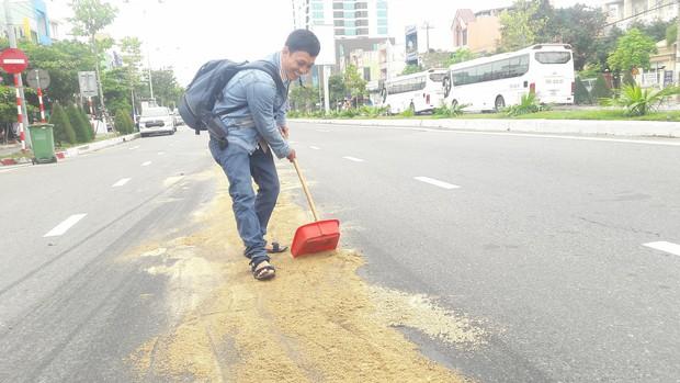 Đà Nẵng: Dầu nhớt tràn ra đường khiến 4 xe máy bị ngã, nhiều người bị thương - Ảnh 4.