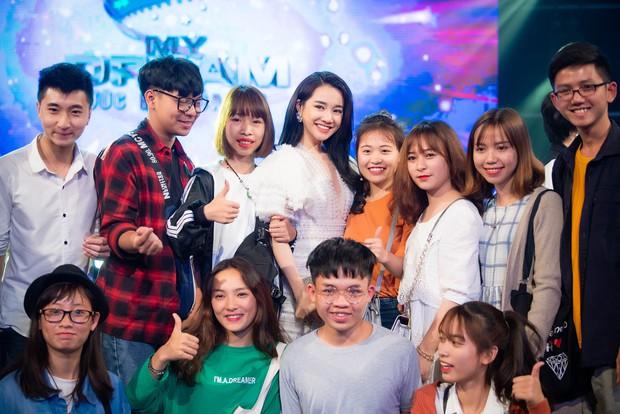 Im lặng giữa scandal tình cảm, Nhã Phương xuất hiện đẹp nổi bật với vai trò giám khảo cuộc thi làm phim - Ảnh 7.