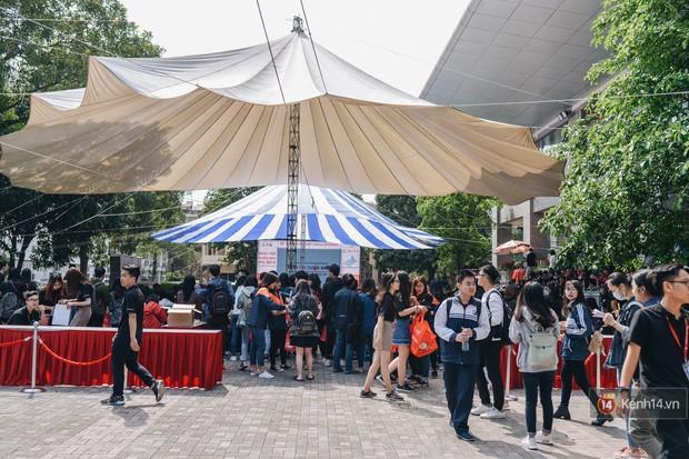 Học sinh lớp 12 hào hứng với ngày hội tuyển sinh 2018 của Đại học Ngoại Thương - Ảnh 1.