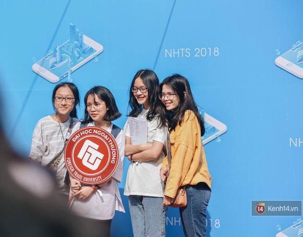 Học sinh lớp 12 hào hứng với ngày hội tuyển sinh 2018 của Đại học Ngoại Thương - Ảnh 9.