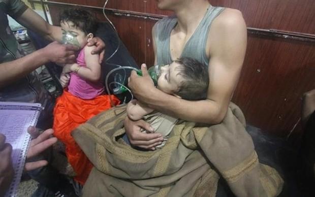 Hình ảnh kinh hoàng được cho là do tấn công hóa học ở Douma (Syria) - Ảnh 2.