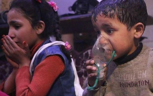 Hình ảnh kinh hoàng được cho là do tấn công hóa học ở Douma (Syria) - Ảnh 5.