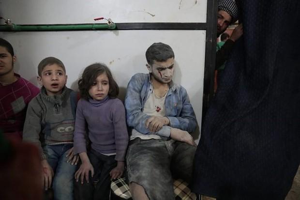 Hình ảnh kinh hoàng được cho là do tấn công hóa học ở Douma (Syria) - Ảnh 7.